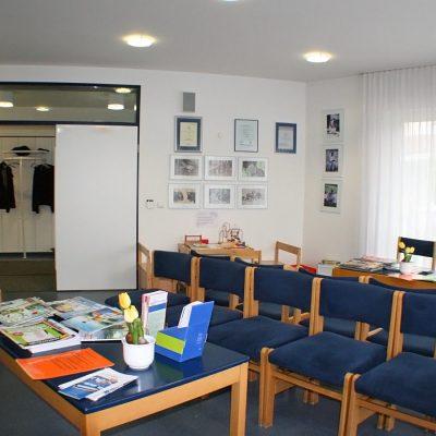 Wartezimmer mit blauen Stühlen